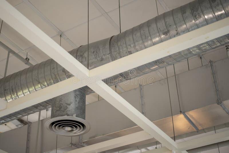 Techo de condicionamiento del tubo de aire en el edificio fotografía de archivo libre de regalías