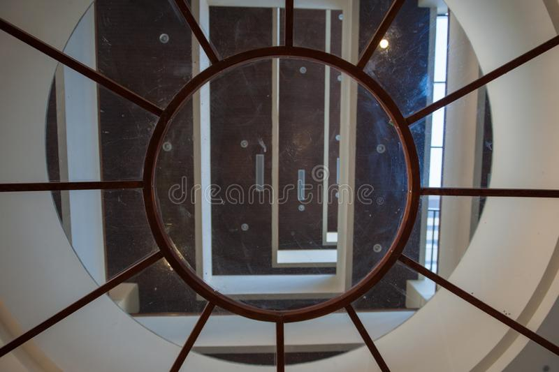 Techo de cristal redondo dentro del edificio en el centro turístico imagen de archivo libre de regalías