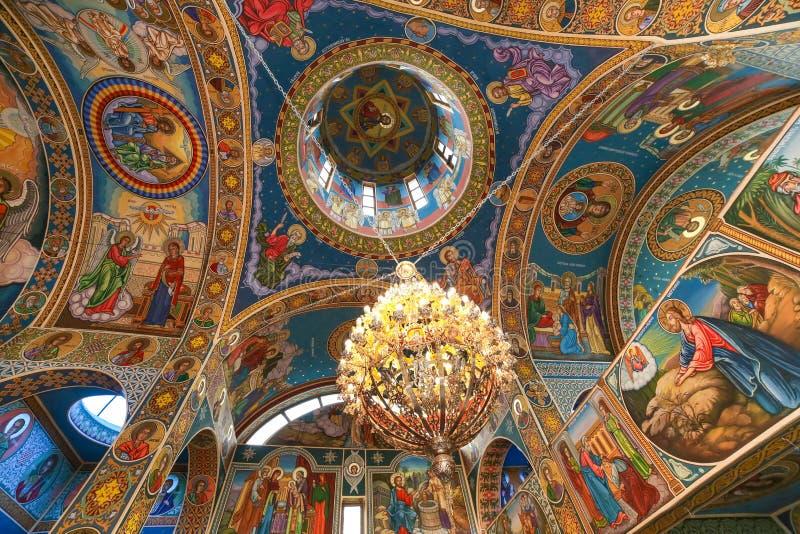 Techo de la iglesia ortodoxa con el fresco y más chadelier fotografía de archivo