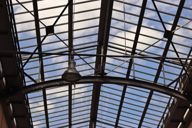 Techo de una estación de tren hecha del acero y del vidrio foto de archivo