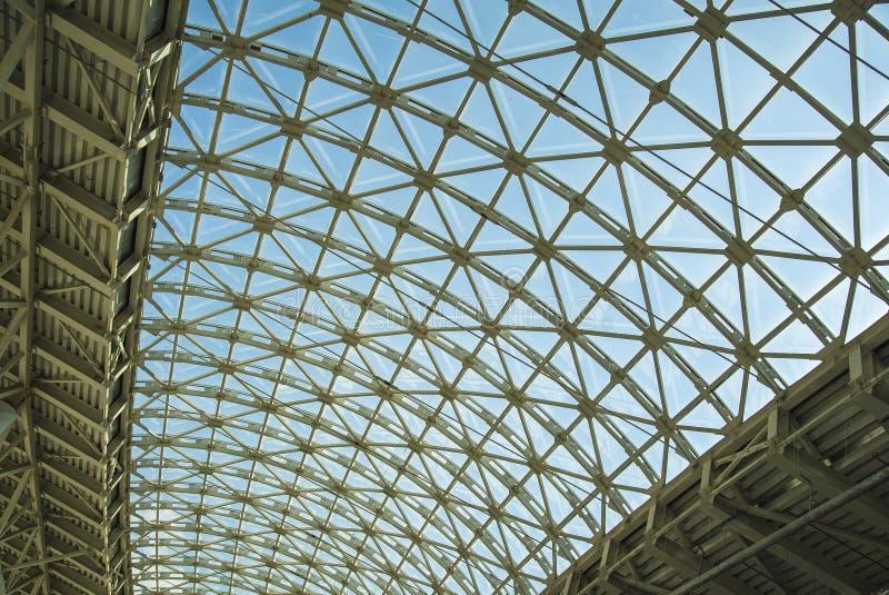 Techo del tejado de la estructura de acero hecho del metal y del vidrio foto de archivo