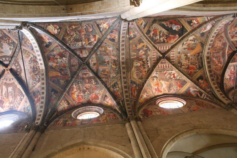 Techo gótico hermoso en la catedral de Arezzo fotografía de archivo libre de regalías