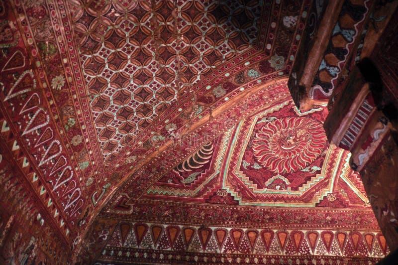 Techo ornamental del templo, de debajo vista del techo ornamental multicolor del templo oriental, Bagan, Myanmar, Mingalazedi imagen de archivo libre de regalías