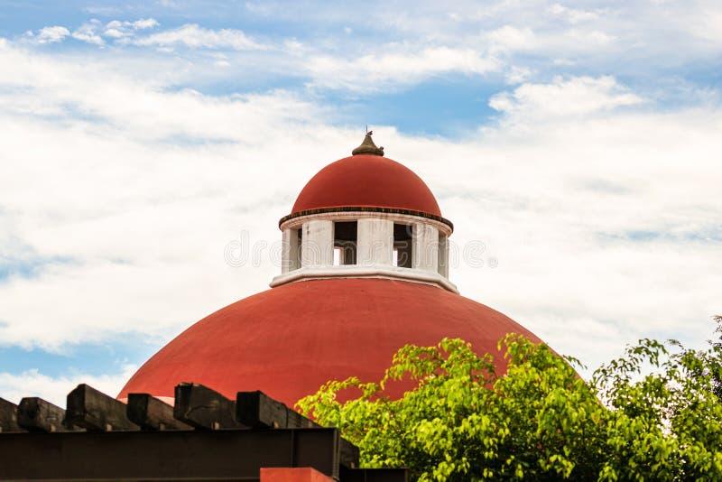 Techo rojo, construcción de arquitectura en Puerto Vallarta, México fotos de archivo libres de regalías