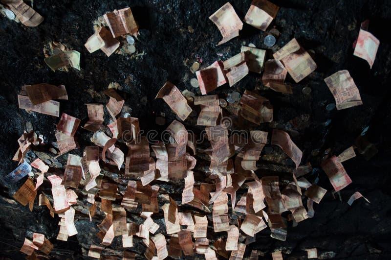 Techo sagrado de la cueva cubierto por los billetes de banco