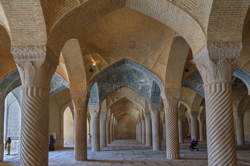 Techo saltado dentro de los regentes mezquita, Shiraz, Irán fotos de archivo libres de regalías