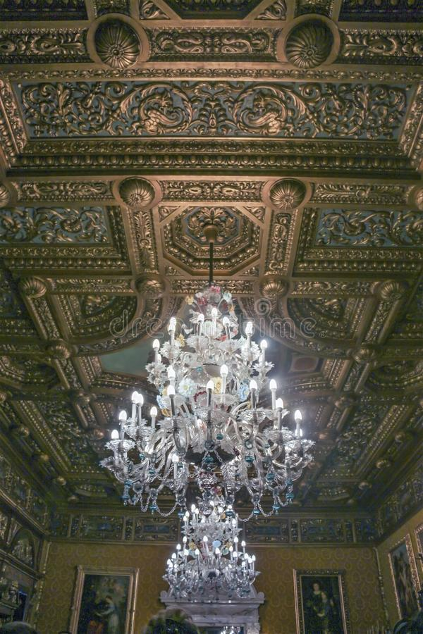 Techo y lámpara decorativos de un cuarto en el castillo de Peles imagenes de archivo