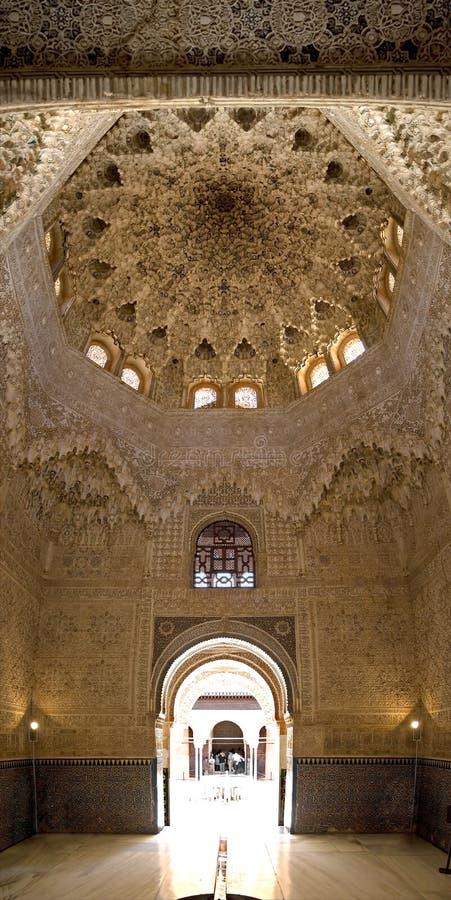 Techo y puerta de Alhambra fotografía de archivo