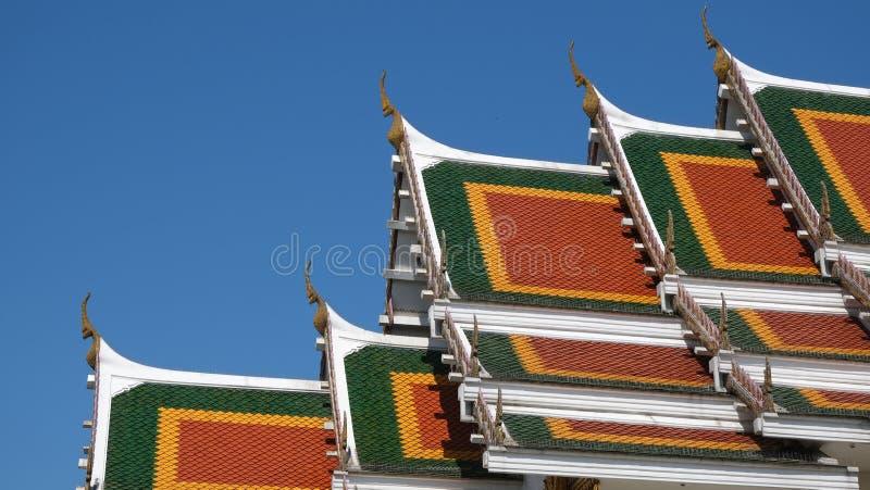 Techos de templo budista se elevan al cielo azul imagen de archivo libre de regalías