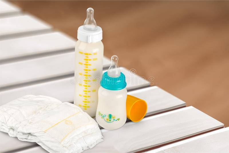 Tecido e garrafas de bebê fotografia de stock royalty free