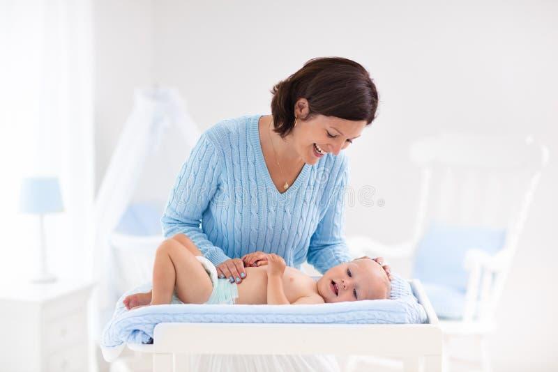 Tecido em mudança da mãe ao bebê fotos de stock royalty free