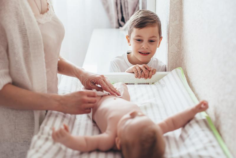 Tecido em mudança da mamã ao bebê imagem de stock