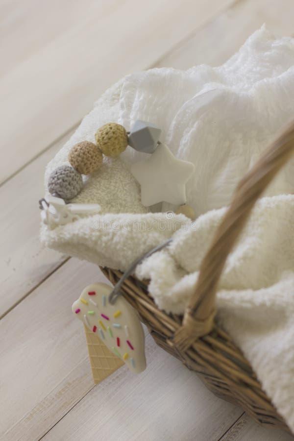 Tecidos descartáveis na toalha na cesta de vime Ainda lif delicado imagem de stock royalty free