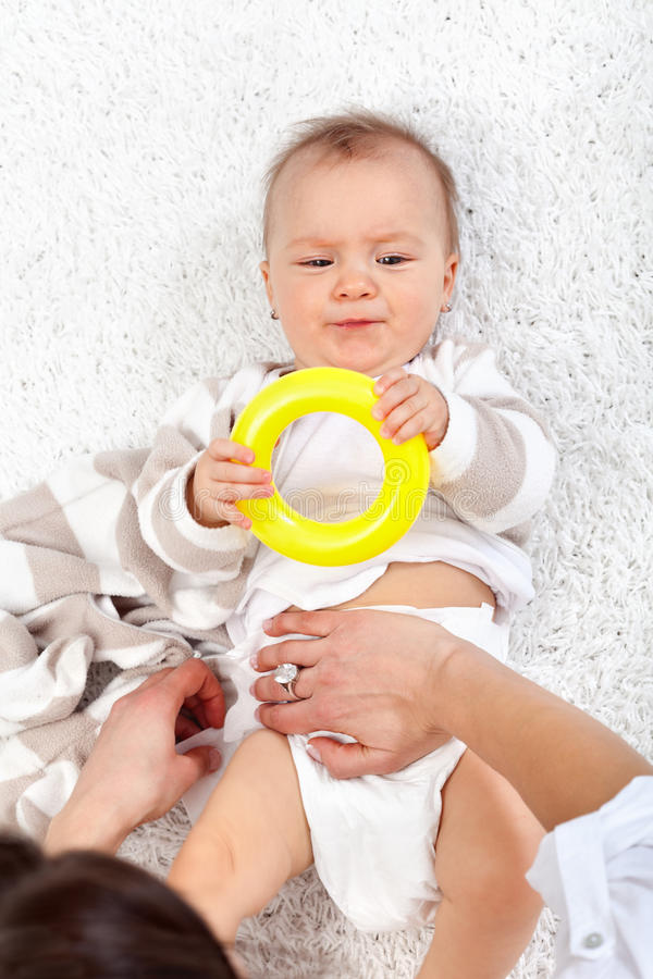 Tecidos em mudança em um bebé fotos de stock