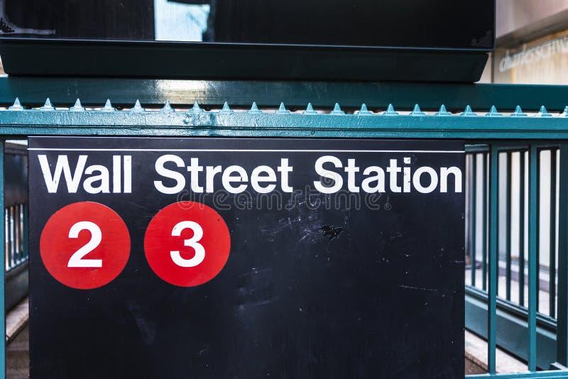 Tecken av den Wall Street stationen i Manhattan, New York City, USA royaltyfri foto