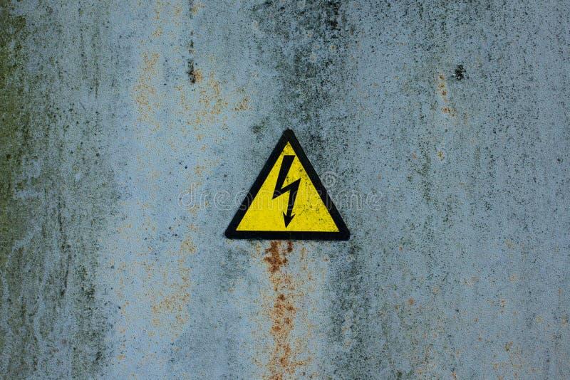 Tecken av det höga spänningssymbolet för fara arkivfoto