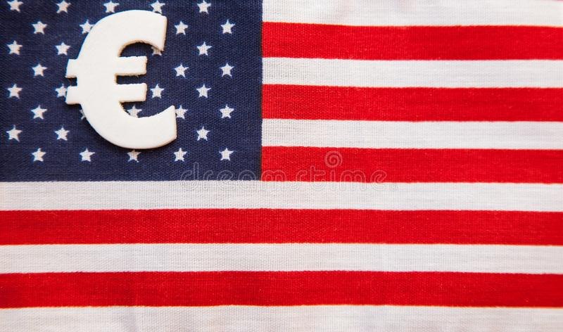 Tecken av eurovaluta på amerikanska flagganbakgrund arkivbilder
