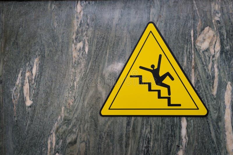 Tecken av fara av den fallande varningen för trappasnedstegvarning på marmor fotografering för bildbyråer