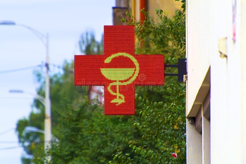 Tecken av Röda korset på apoteket royaltyfri fotografi