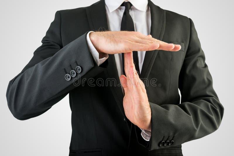 Tecken för affärsmanShowing Time Out hand arkivfoton