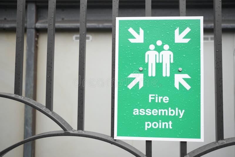 Tecken för brandenhetspunkt på arbetsplatsparkeringshusstaketet arkivbild