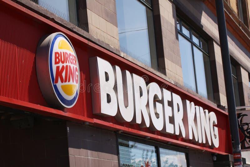 Tecken för Burger King hamburgarerestaurang på en byggnad Burger King är en amerikansk global kedja av hamburgaresnabbmatrestaura arkivbild