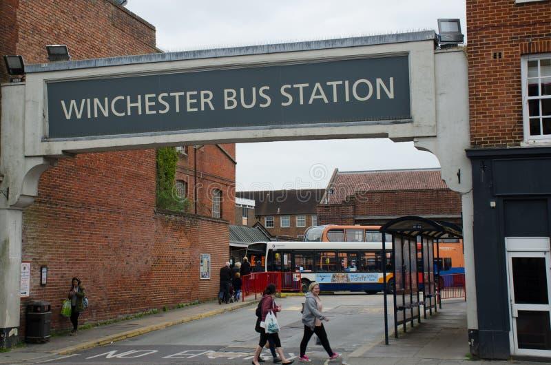 Tecken för bussstation ovanför Winchester bussstation royaltyfria foton