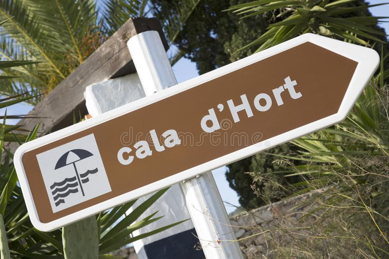 Tecken för Cala Hort strandriktning fotografering för bildbyråer