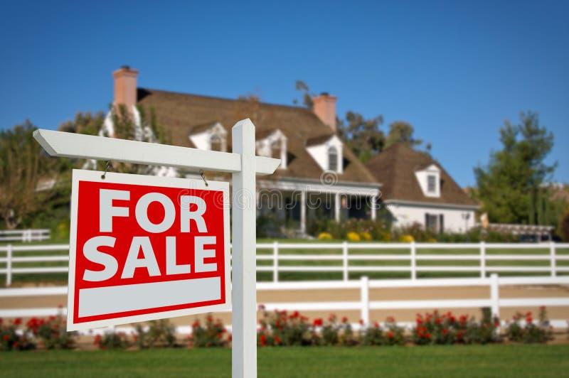 tecken för försäljning för home hus för gods verkligt arkivfoton