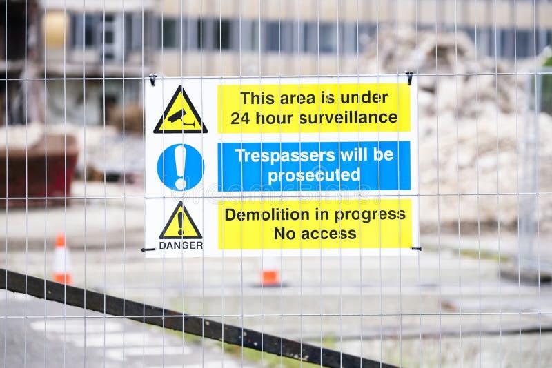 Tecken för fara för fara för kollaps för rivningplats byggande arkivbilder