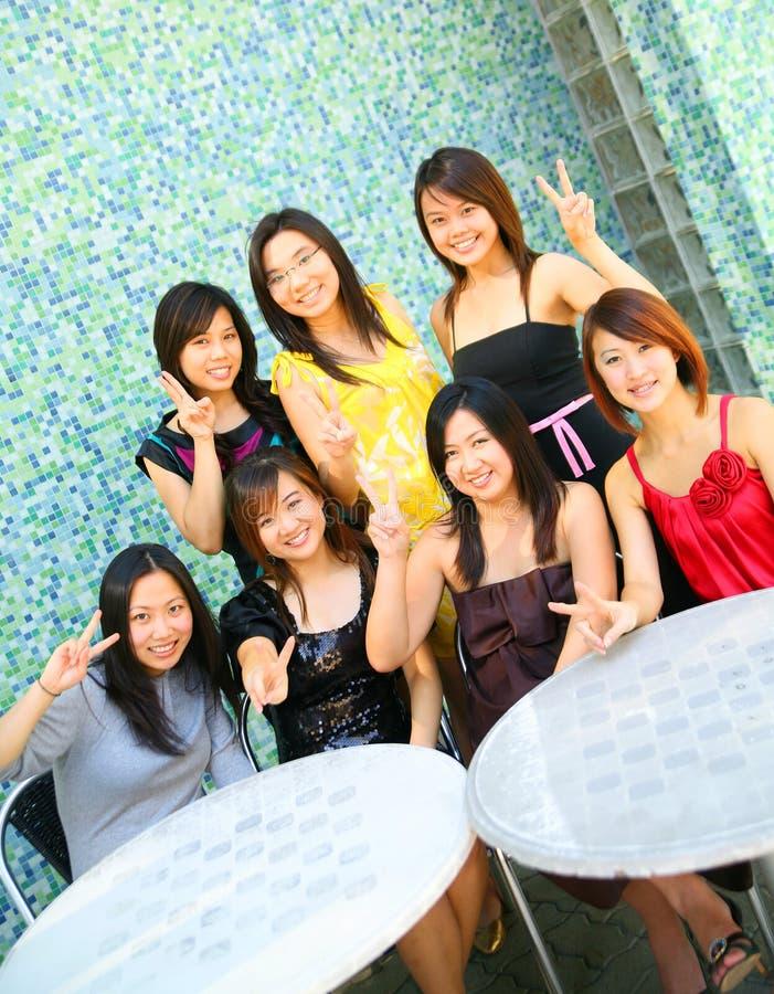 tecken för fred för asiatisk flickagrupp lyckligt royaltyfri fotografi