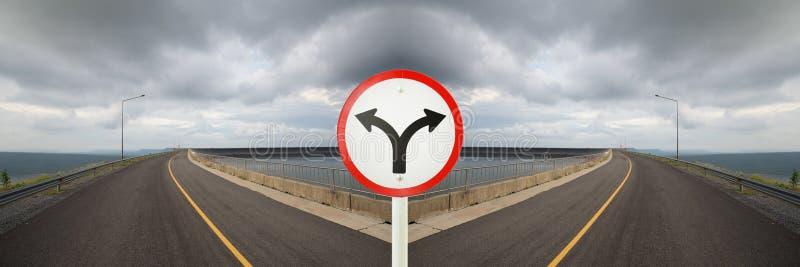 Tecken för gaffelföreningspunkt med tvärgator som spliting i tvåvägs fotografering för bildbyråer