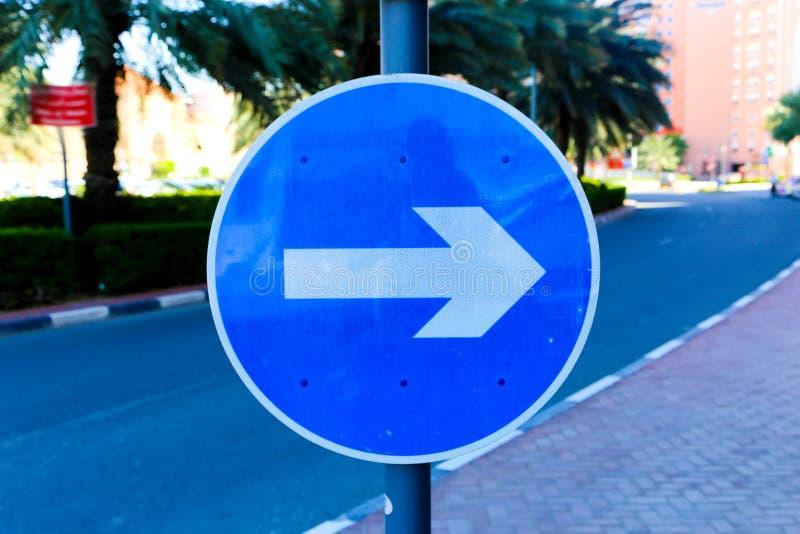 Tecken för gatariktningsblått arkivbild