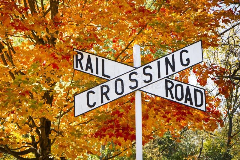 Tecken för höstjärnvägCrossing royaltyfri foto