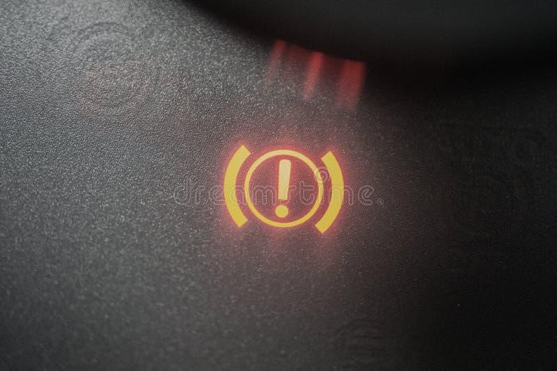 Tecken för handbromsvarningsljus exponerat tätt upp arkivfoto