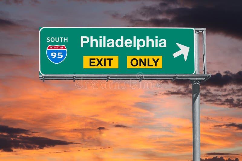 Tecken för huvudväg för Philadelphia utgång endast med soluppgånghimmel royaltyfri bild