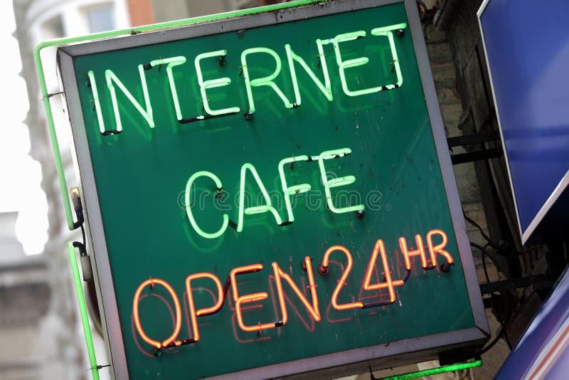Tecken för internetkafé, neon som är upplyst arkivfoton