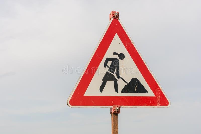 Tecken för konstruktionsplats med en kvinnlig byggnadsarbetare som ett symbol av feminism i yrkesliv royaltyfri fotografi