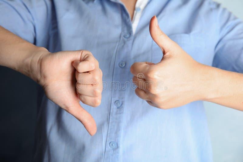 Tecken för kvinnavisninghand, closeup arkivbild