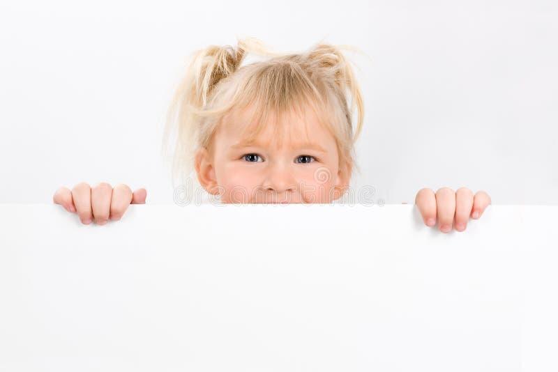 Tecken för liten flickainnehavmellanrum royaltyfri fotografi