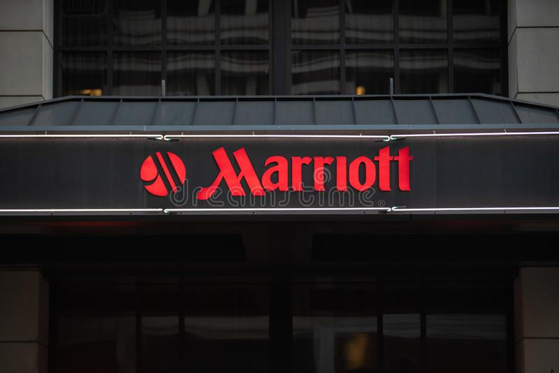 Tecken för Marriott hotellneon med logo arkivfoto