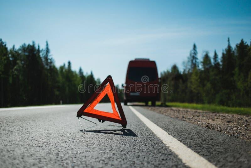 Tecken för nöd- stopp på huvudvägen fotografering för bildbyråer