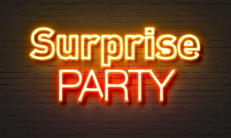 Tecken för neon för överraskningparti på bakgrund för tegelstenvägg fotografering för bildbyråer