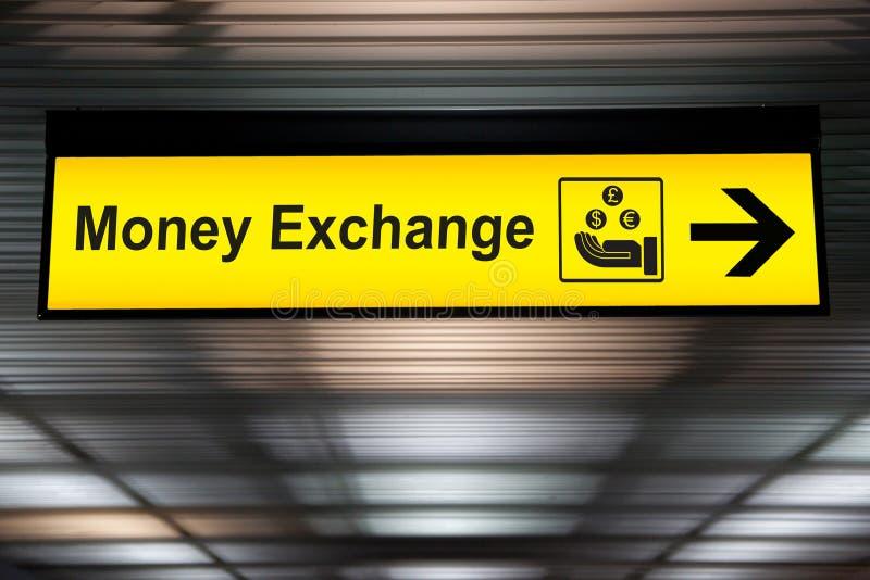 Tecken för pengarutbyte på flygplatsen royaltyfria bilder