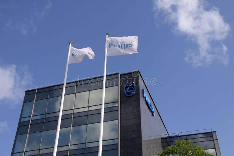 Tecken för Philips företagslogo på flaggor och byggnad arkivbild