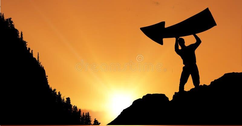 Tecken för pil för konturaffärsman hållande mot himmel under solnedgång royaltyfri foto