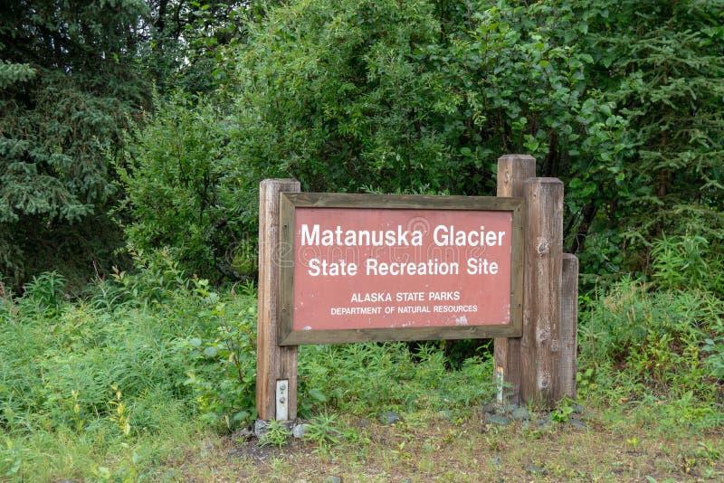 Tecken för plats för rekreation för Matanuska glaciärtillstånd längs Glenn Highway i Alaska royaltyfri bild