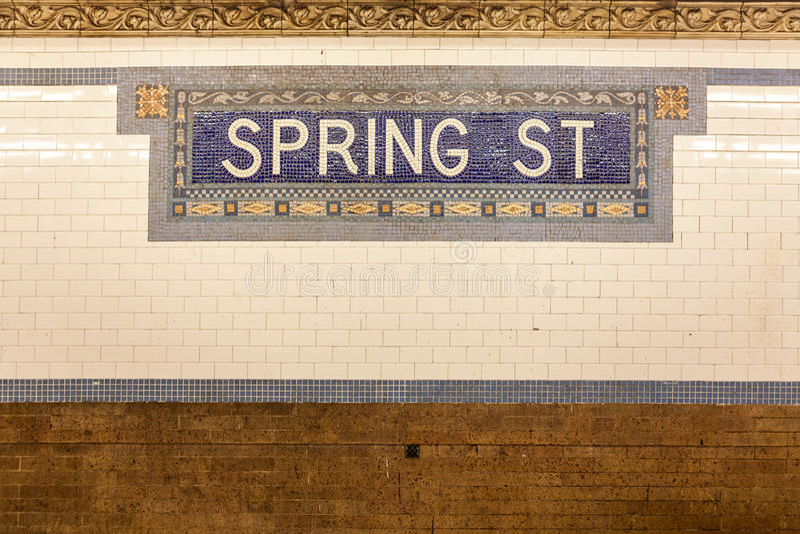 Tecken för station för vårgatagångtunnel arkivbilder