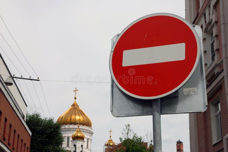 Tecken för stopp för väg för metallrunda rött med det vita bandet i bakgrunden av Golden Dome av den ortodoxa kyrkan royaltyfri foto