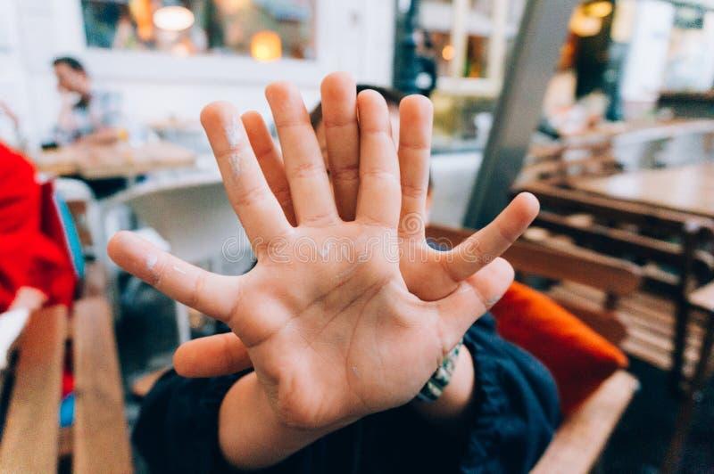 Tecken för ungedanandestopp med handen royaltyfri foto